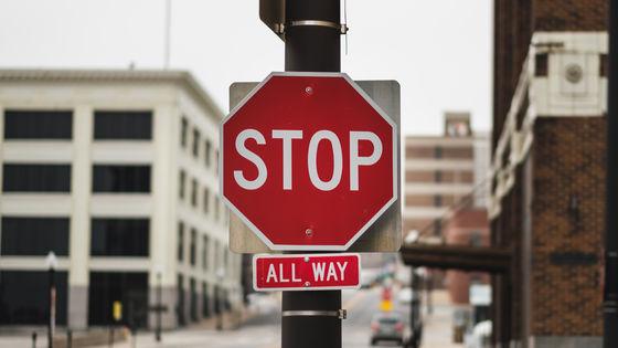 誰も止まらない一時停止の標識を映す配信「stopsigncam」が人気を ...